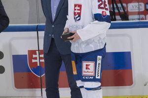 Marián Studenič, najlepší hráč slovenského tímu, s generálnym manažérom Miroslavom Šatanom.