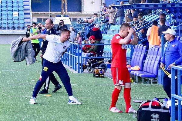 Karol Praženica bol po inkasovanom góle v 95. minúte veľmi nahnevaný.