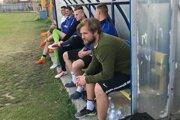 Futbalistom Čane sa pod vedením mladého tréner Mateja Čobíka Ferčíka (najbližšie) na začiatku jarnej časti súťaže darí a proti Strážskemu si zapísali piate víťazstvo v rade.