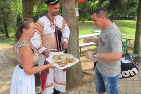 Účastníkov podujatia vítali Michal Tarabus a Lucia Bachárová chlebom, soľou a dobrou domácou pálenkou.
