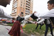 Folkloristky zo Železiara na Veľkonočný pondelok suché nezostali.