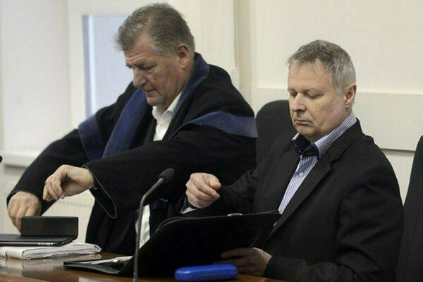 Miroslav Uchnár (vpravo) so svojím obhajcom.