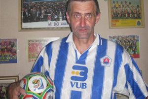 Jaroslav zbiera vlajky, puky, poháre, dresy a samozrejme puklice.