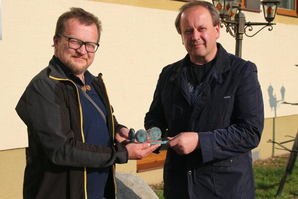 Jozef Stankoviansky odovzdáva starostovi Milanovi Fričovi vernú kópiu diadému.