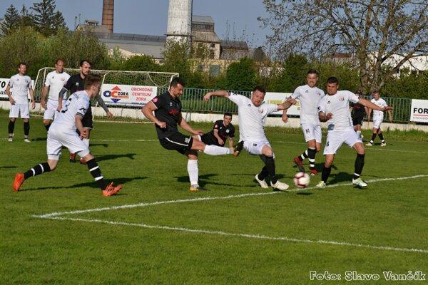 Zápas Šurany - Štúrovo priniesol veľa gólov, zvratov a napokon deľbu bodov.