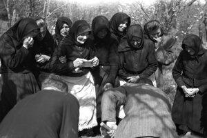 Dramaticky a pekne vykresľovali mŕtveho spevavým hlasom kedysi profesionálne plačky, neskôr ženy z príbuzenstva. Na snímke pohreb Zuzany Kolpach v Turom Poli v okrese Novohrad v roku 1950, ktorý zachytil J. Nový.