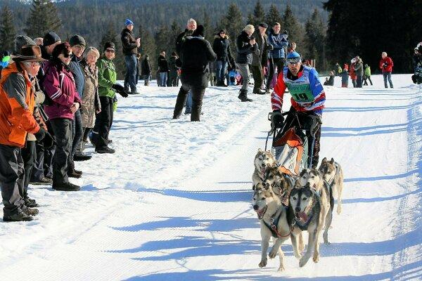 Maroš Litvaj so svojimi šampiónmi finišuje do cieľa.