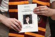 Žena prichádza na pohreb zavraždenej novinárky Lyry McKeeovej v severoírskom Belfaste.
