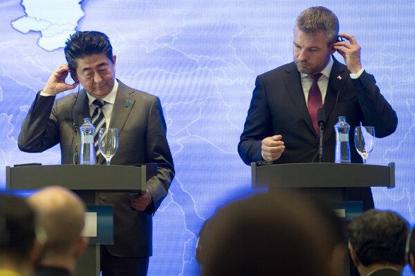 Vľavo japonský premiér Šinzó Abe a vpravo premiér Peter Pellegrini na summite V4 + Japonsko v Bratislave.