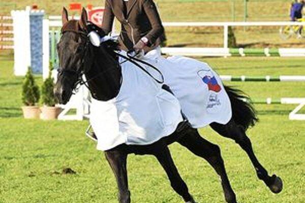 Víťazné kone boli odeté do bielej deky. Na foto Radka Ivanová v sedle Doráda.