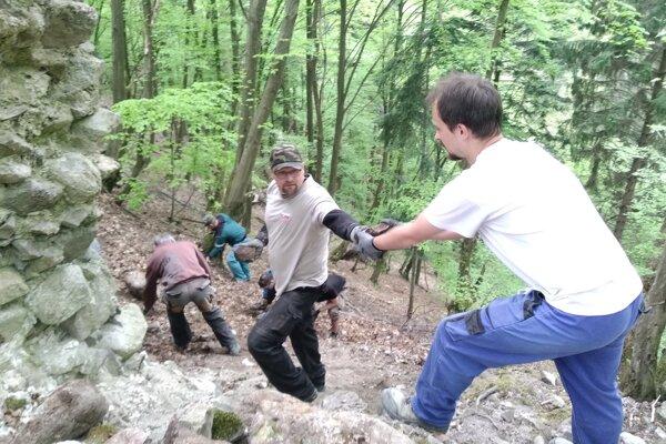 Na prvej brigáde dobrovoľníci zbierali rozstrúsené kamene z pôvodnej stavby Starhradu.
