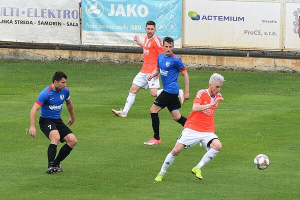 Futbalisti Šale (v ružovom) si podelili body s Belušou. S loptou domáci Renáto Meszlényi.