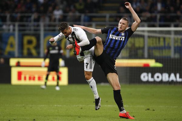 Milan Škriniar (vpravo) v súboji s Cristianom Ronaldom.