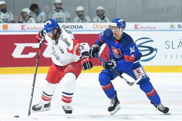 Na snímke Jakub Voráček z Česka a Richard Pánik zo Slovenska v zápase Euro Hockey Challenge v ľadovom hokeji v Nitre.