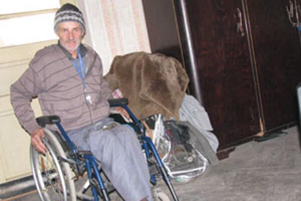 Ľudia sa nehanbia okradnúť a zbiť aj chudáka na vozíku, hovorí invalidný dôchodca.