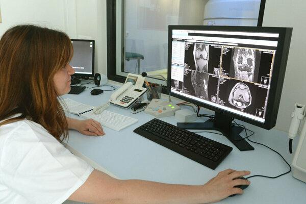 V Čadci na magnetickú rezonanciu stále čakajú, pacienti z Kysúc musia za vyšetrením cestovať.