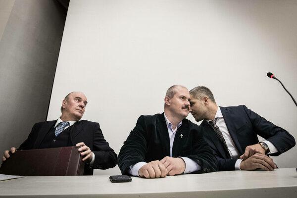 Marian Kotleba (v strede) so svojimi advokátmi na pondelňajšom pojednávaní na Najvyššom súde.