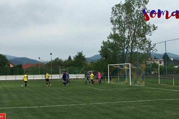 Hrachovište (v žltom) zvíťazilo na pôde Považian 4:0.
