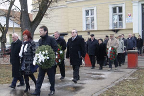 V piatok si k pomníku padlých v druhej svetovej vojne prišli ľudia uctiť pamiatku tých, ktorí položili život pri oslobodzovaní mesta.