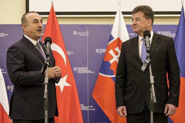 Na snímke zľava minister zahraničných vecí Tureckej republiky Mevlüt Čavušoglu a minister zahraničných vecí a európskych záležitostí SR Miroslav Lajčák.
