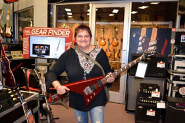 Niektoré z gitár v Los Angeles si Marika aj vyskúšala.