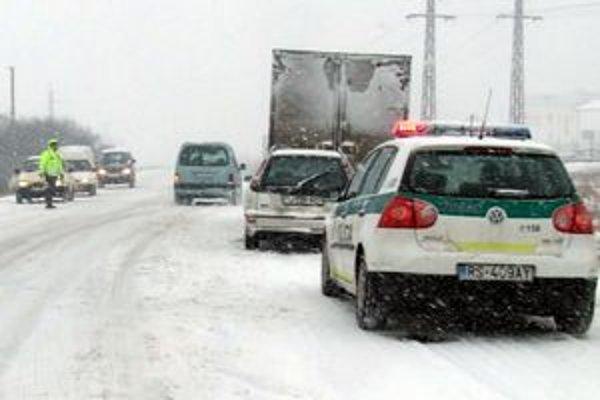 Husté sneženie komplikuje cestnú premávku.