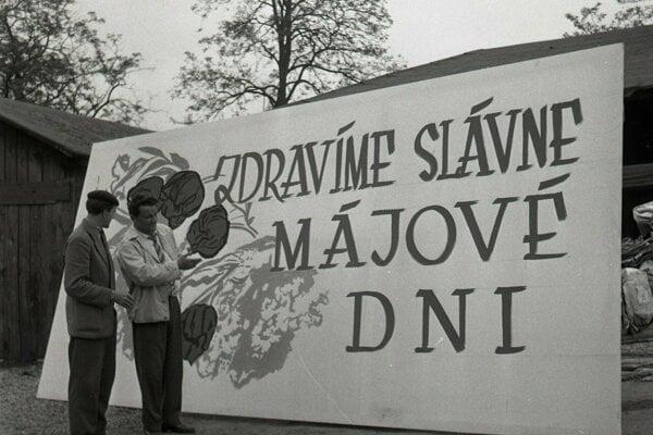 Prípravy na prvomájové oslavy v Bratislave v roku 1961.
