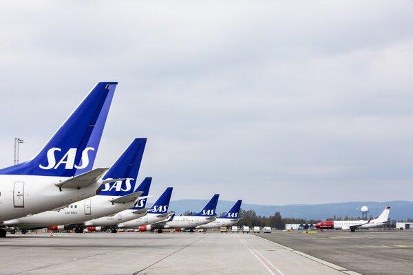 Lietadlá SAS na letisko v Osle.