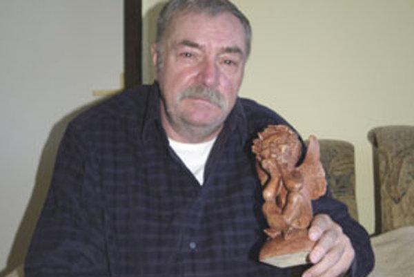 Dnes má pán Ján Likavec šesťdesiat rokov. Rokmi pri dreve získal skúsenosti i zručnosť.