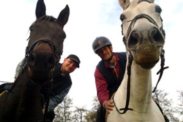 Mladí farmári, hoci majú rozdielne povahy, spája ich láska ku koňom.