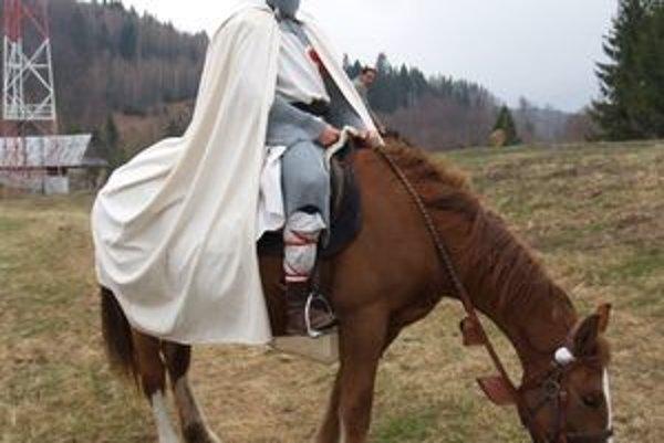 Bratia Gibalovci sa po lesoch preháňajú na koňoch ako lesní mužíkovia a oživujú ducha templárov.