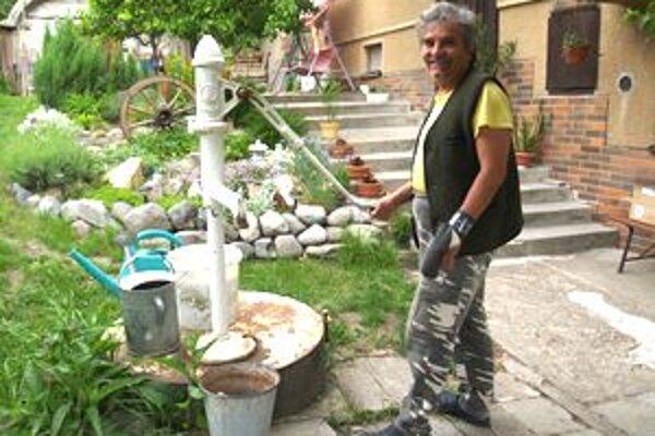 Pán Ján Mráz býva v Modrom Kameni a o bezplatnom rozbore vody nevedel. Vodu zo studne používa len na polievanie.