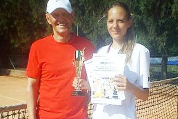 Ocenená Ľubomíra Grossertová s trénerom Ladislavom Žolnerom.