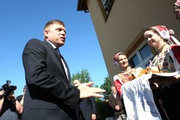 Predsedu vlády Róberta Fica privítali chlebom a soľou.