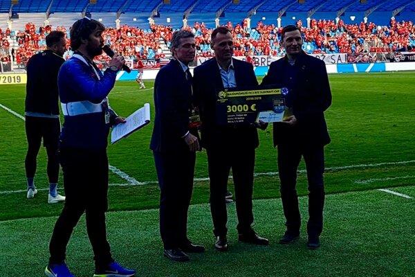 Roman Šimko a Pavol Turczyk (v poradí sprava) pózujú šo šekom pre najlepší regionálny tím v tohtoročnom Slovnaft Cupe.