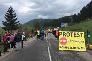 Ľudia z Turčeku včera zablokovali poškodený úsek cesty.