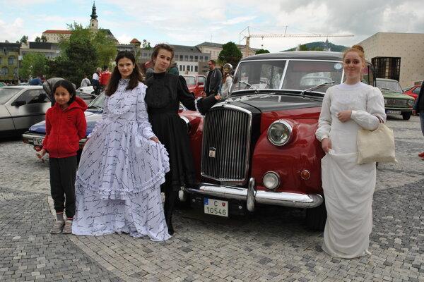 Mnohých návštevníkov okrem iného fascinovali aj historické vozidlá okolo fontány.
