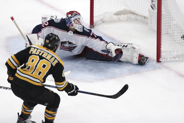 David Pastrňák z Boston Bruins prekonáva Sergeja Bobrovského z Columbus Blue Jackets.
