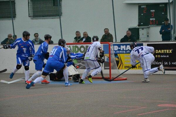 Považskobystričan Oravec (vpravo v bielom) zvyšuje proti Martinu na 3:1.