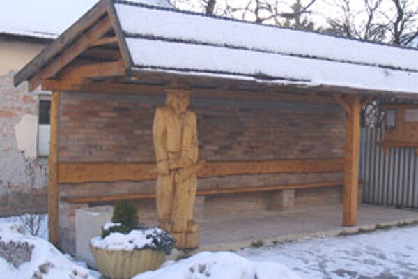 Nosným motívom zastávky je socha lúpača kôry. Vyrezal ju majster Dušan Šarkan.
