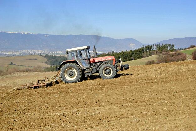 Aj poľnohospodári majú starosti. Chýba dážď, polia navyše vysúšajú aj silné vetry.