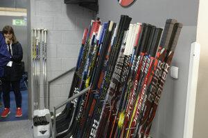 Priestor na odkladanie hokejok.