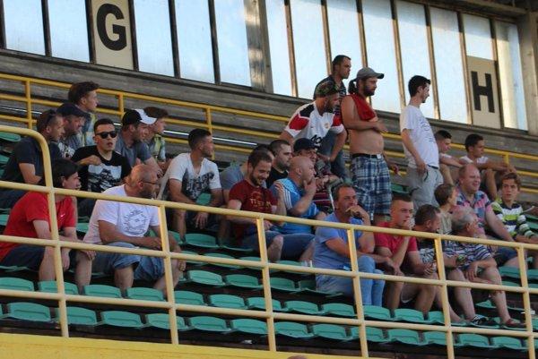 Futbaloví priaznivci na štadióne v Prievidzi.