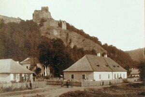 Dedinka Čabraď v roku 1901. Vpravo stojí dom, ktorý slúžil ako panský majer.