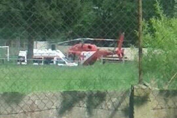 Vrtuľník pristál na futbalovom ihrisku.