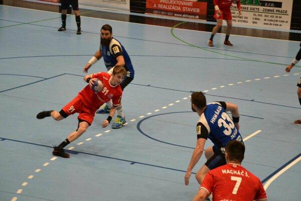 Marián Gardian (v červenom s loptou) premenil rozhodujúcu sedmičku a Pov. Bystrica je vo finále extraligy.