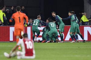 Radosť hráčov Tottenhamu po rozhodujúcom góle do brány Ajaxu.