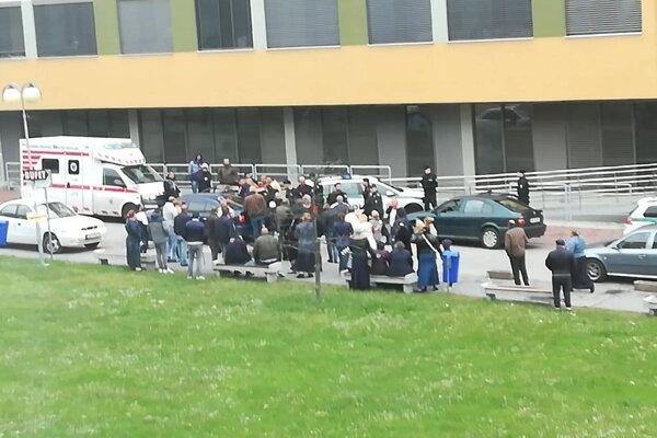 Pred liečebným pavilónom boli opäť davy.
