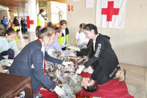 Mladí zdravotníci museli počas súťaže riešiť viaceré život ohrozujúce situácie.