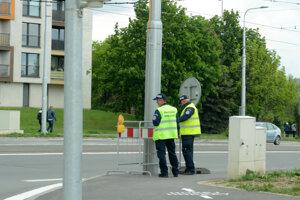 Mestskí policajti pred uzavretím Štúrovej pri križovatke Moldavská – Idanská.